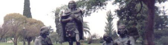 Grupo familiar de Charrúas moldeados en bronce tamaño natural que se encuentran en el Parque del Prado en Montevideo, Uruguay